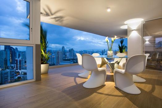 The sky in every room: light and neutral colours in an apartment in Panama City