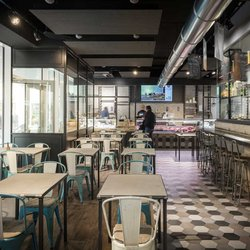 Restaurant Maté: vintage, wood effect stoneware and Rewind